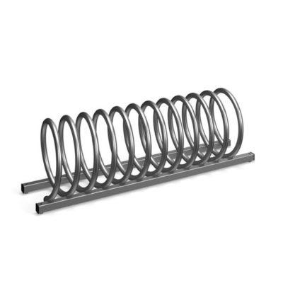 Keturvietis spiralės formos cinkuotas dviračių stovas baltame fone