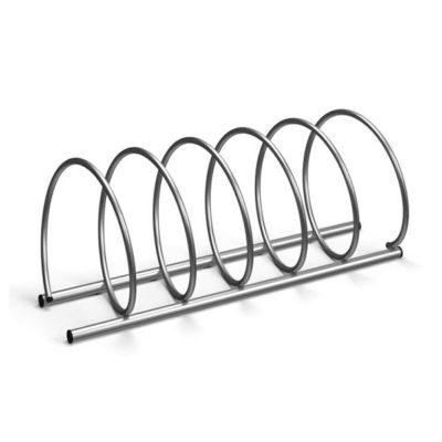 Penkiavietis spiralės formos cinkuotas dviračių stovas baltame fone