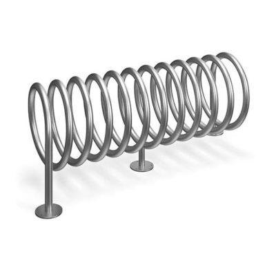 Penkiavietis spiralės formos cinkuotas dviračių stovas ant pekeltų kojyčių baltame fone