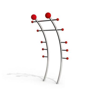 Multifunkcinis lauko treniruoklis iš nerūdijančio plieno V2A skirtas viso kūno raumenims stiprinti baltame fone