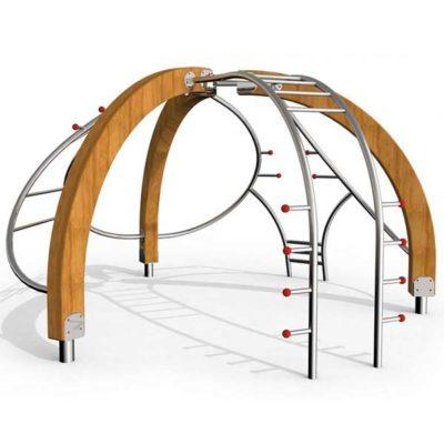 Multifunkcinis lauko treniruoklis iš nerūdijančio plieno V2A ir maumedžio medienos skirtas visiems kūno raumenims stiprinti, tempimo ir jėgos pratimams baltame fone