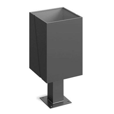 Stačiakampio formos plieninė šiukšliadėžė baltame fone