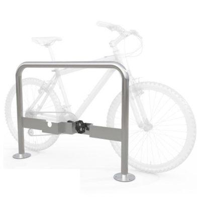Cinkuotas dvivietis dviračių stovas su specialiais įdėklais pedalams baltame fone