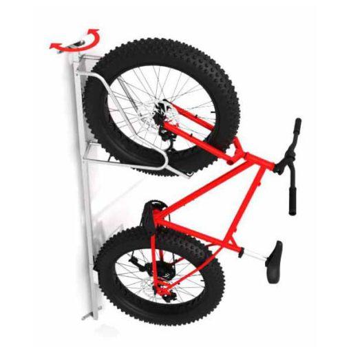 Vienvietis dviračių laikiklis iš cinkuoto plieno vamzdžio, pritaikytas storesnėms dviračio padangoms su pavaizduotu dviračiu baltame fone