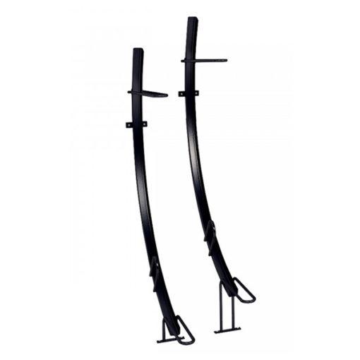 Juodos spalvos dvivietis dviračių laikiklis vertikaliam dviračio laikymui ant bėgio cinkuoto, dažyto plieno baltame fone.