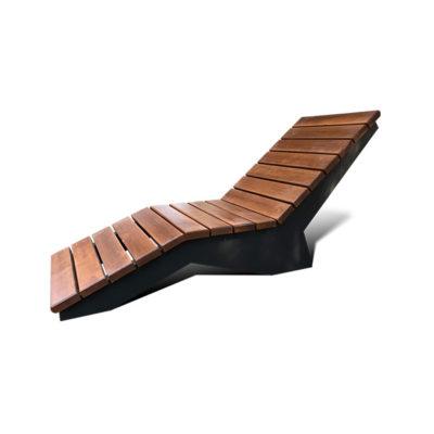 Lauko gultas iš plieno ir juodalksnio medienos lentų baltame fone