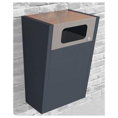 Stačiakampio formos plieninė šiukšliadėžė su stogeliu montuojama prie sienos, sienos fone