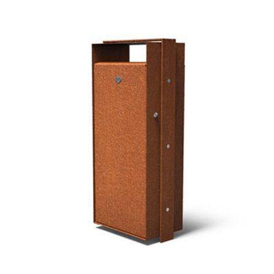 Rūdinto plieno šiukšliadėžė su stogeliu baltame fone