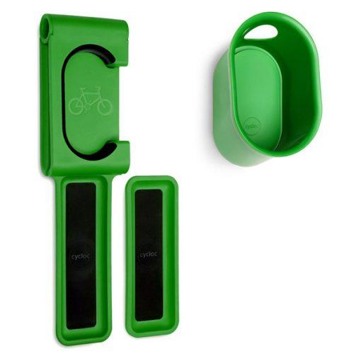 Žalios spalvos dviračio ir šalmo laikiklių rinkinys iš tvirto polipropileno su apsaugine guma baltame fone