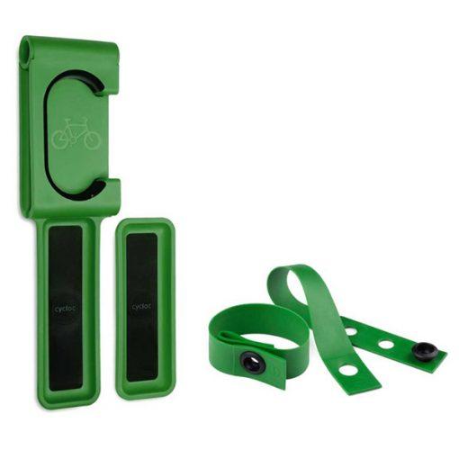 Žalios spalvos dviračio laikiklio ir universalaus dirželio rinkinys iš tvirto polipropileno ir gumos baltame fone