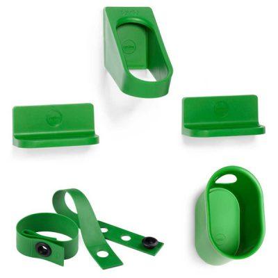 Žalios spalvos dviračių ir šalmo laikiklių bei universalaus aksesuaro-dirželio rinkinys iš tvirto polipropileno baltos spalvos fone