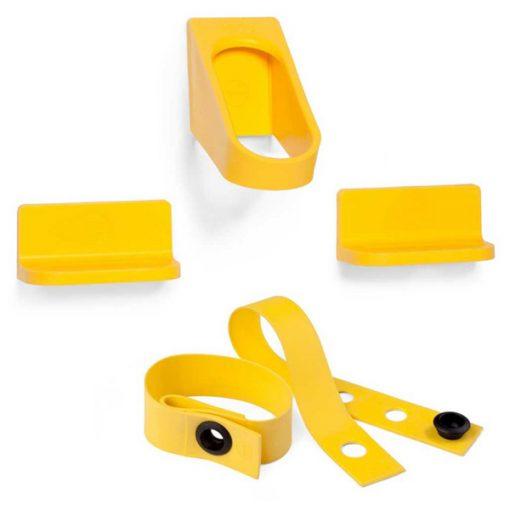 Geltonos spalvos dviračių laikiklio ir universalaus aksesuaro- dirželio rinkinys iš tvirto polipropileno baltame fone.