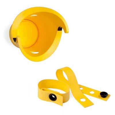 Geltonos spalvos dviračio laikiklis ir universalus aksesuaras dirželis iš tvirto polipropileno baltame fone